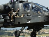 Britští mariňáci se přivázali k bojovému vrtulníku AH-64 Apache a vrátili se pro padlého kamaráda