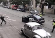 Polská policie vs rozzuřený rozbiječ skel