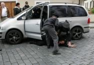 Policejní zásah proti drzé řidičce před Pražským hradem. Tvrdá, ale naprosto legitimní akce PČR!