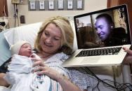 Voják sledoval porod 7 hodin přes internet!