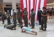 Když malá holka natrhne vojákům při klikování zadek
