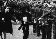 """Ikonická fotka z války """"Počkej na mě, tati"""" budí dodnes dojetí."""