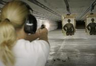 Doba je nejistá aneb každá žena by se měla umět bránit střelnou zbraní