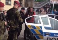 Další zkouřená mánička dělá potíže, až ji musí složit dva policisté a dva vojáci