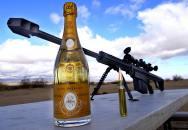 Jak si otevírá láhev šampaňského odstřelovač? Mno, jak jinak, než na ,,pána