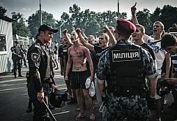 Hodně drsnej zásah OMONu proti fotbalovým hooligans