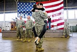 Dočkají se někdy takového přivítání i naši vojáci?