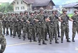 Co mají společného švýcarští vojáci a skupina Queen? Tohle video se stává senzací internetu