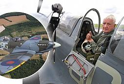 Náš válečný veterán gen. Emil Boček po mnoha letech opět pilotoval legendární Spitfire