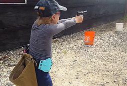 Malá holka a její excelentní střelecké výkony
