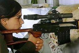 Když se kurdská odstřelovačka vysměje smrti přímo do tváře...