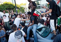 Napadení vašeho vozidla demonstranty! Jak by jste se zachovali vy?