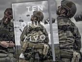 Kniha o českých vojácích Ten druhý život ukazuje, jak to vypadá v první linii