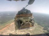 Americký voják odstřihl vojenské Humvee aneb bombardování místo zásobování