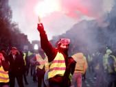 Válka za levnější benzín - policisté vs. ,,žluté vesty