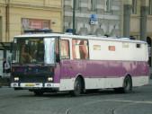 Proč má vězeňský autobus po obvodu typický fialový pruh a jak vypadá vnitřní prostor pro převážení vězňů