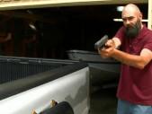 Ozbrojený otec zastavil pachatele a ochránil tak svého syna