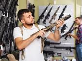 Lidé v USA se obávají rabování z důvodu nedostatku potravin, vzrostl tak prodej zbraní k sebeobraně