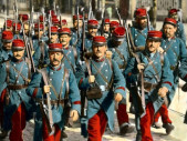 Do zákopu v parádní červenomodré aneb ta nejméně vhodná bojová uniforma