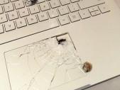 Muži zachránil život jeho notebook, který zastavil letící střelu