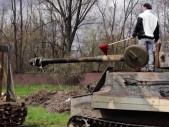 Bývalý izraelský odstřelovač maluje obrazy za pomoci střelby, dokonce i z tanku