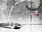 Americký pilot na padáku sestřelil pistolí japonskou stíhačku