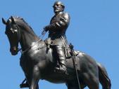 Nedají si pokoj – socha generála Roberta E. Leeho v Richmondu ve Virginii byla odstraněna