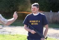 Jak přesně jde střílet po zasažení pepřákem