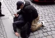 Policista v civilu zaklekl na dlažbě chodce, který šel na červenou na přechodu