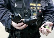 POLICIE ČR: zásah proti sebevrahovi (použití taseru)