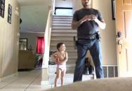 Otec učí svého malého synka střeleckým návykům