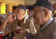 Poslední 2 členové 451. bombardovací letky USAF vzpomněli na své kamarády otevřením 50 let společně uschovaného koňaku