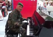 Příslušník francouzské cizinecké legie válí na piáno