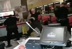 Dostal 3x taserem a stále s policisty bojoval