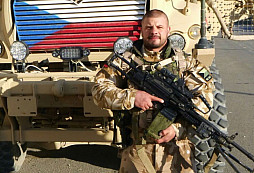 Voják dostal od armády těsně před uplynutím 15ti-leté služby vyhazov. Zvláštní to poděkování za jeho službu.