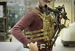 Americká armáda testuje nasazení speciální mechanické paže, která uleví vojákům