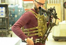 Podívejte se, jak vypadá voják v akci využívající prototyp pomocné mechanické paže