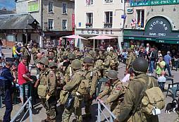 Čeští reenactoři z dvaaosmdesáté výsadkové v Sainte-Mère-Église při výročí oslav vylodění v Normandii tvrdě narazili na pokrokové protizbraňové zákony