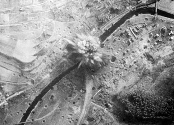 Grand_Slam_bomb_exploding_near_Arnsberg_viaduct_1945